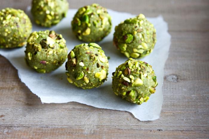matcha-pulver-rezepte-fuer-bonbons-mit-matcha-und-nuesse-getrocknete-fruechte-und-nuesse-gruenes-essen