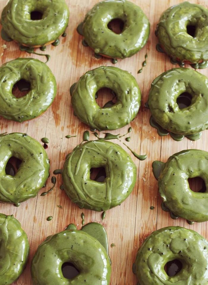 matcha-rezepte-donuts-mit-matcha-und-suesser-glasur-viele-donuts-gesund-bio-geschaeft