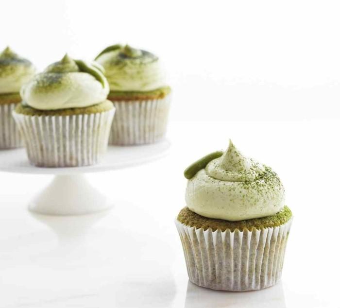 matcha-rezepte-mini-muffins-dekorieren-matcha-im-teig-und-im-deko-sahne-fuer-schoene-gruene-farbe-dessert