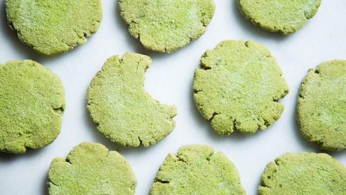 matcha-shake-nur-ein-stueck-von-dem-leckeren-keks-mit-matcha-viele-suessigkeiten-aber-gesund