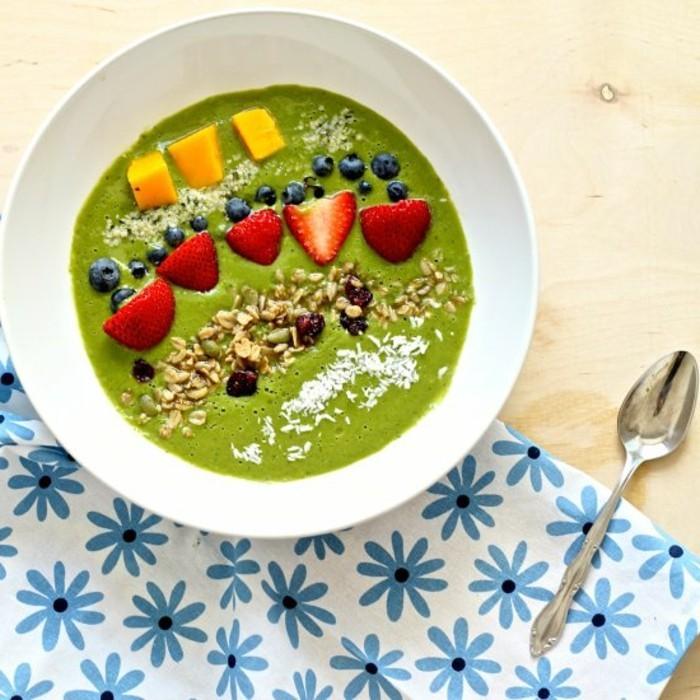 matcha-tee-rezepte-gesunde-matcha-schuessel-zum-fruehstueck-mit-erdbeeren-mango-blaubeeren-schoene-tischdecke
