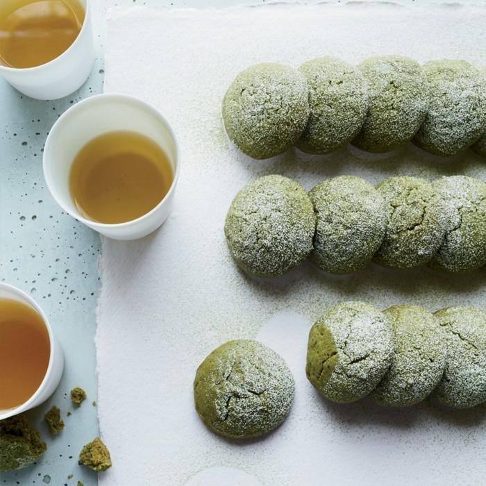 matcha-tee-rezepte-gruene-kekse-mit-matcha-und-honig-tee-schwarzer-und-gruener-tee-in-der-tasse