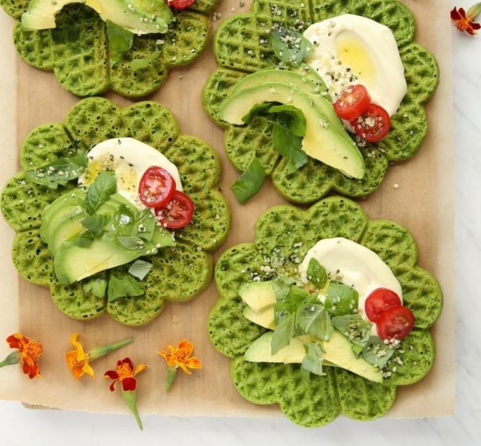 matcha-tee-rezepte-salzige-belgische-waffeln-mit-matcha-avocado-tomaten-eier-pfeffer-fruehstueck-gesund