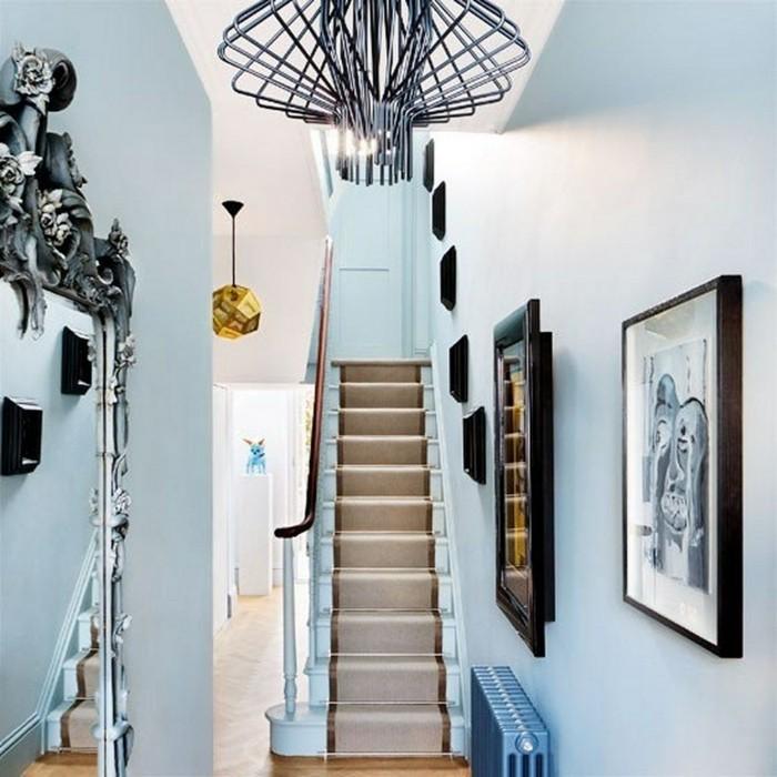 moderne-flurgestaltung-bilder-und-spiegel-an-der-wand-kronleicher-blaue-wände