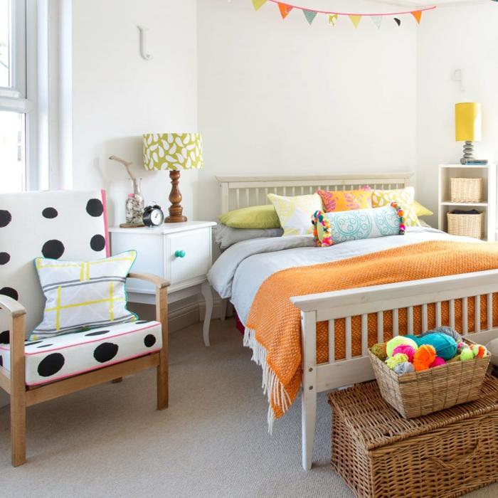 modernes kinderzimmer für mädchen einrichten ideen weiße wände bettdecke orange sessel weiß schwarze punkte rattan box