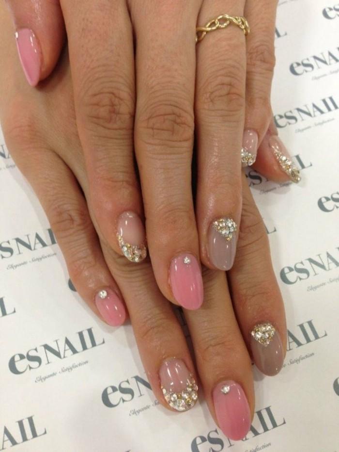 naegel-mit-glitzer-beige-farbe-lack-kombination-mit-rosa-und-steinchen-kurzes-dezente-manikuere-goldener-ring