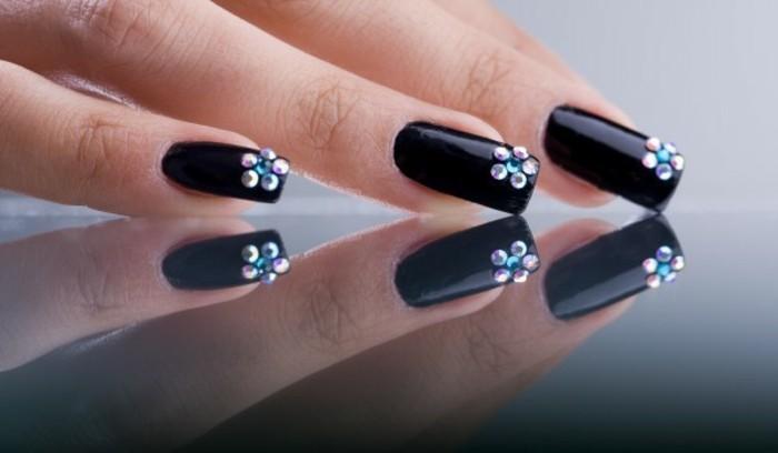 naegel-mit-glitzer-lange-naegel-stumpf-schwarz-lackiert-mit-blumen-deko-blume-aus-steinchen