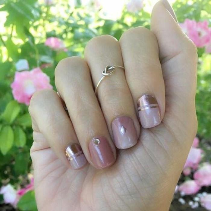 naegel-mit-steinchen-rosa-lila-farbene-kurze-nagel-designs-glitzernde-linien-deko