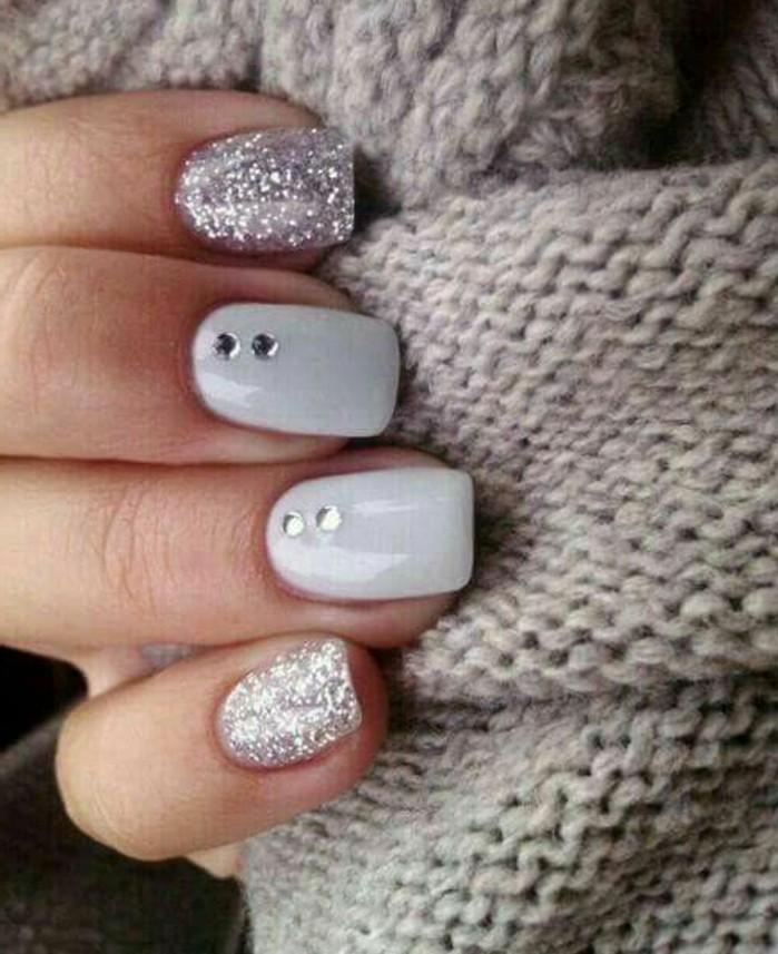naegel-mit-steinchen-weiss-und-grau-silbern-naegeldesign-stumpf-nagel-glitzer-steinen-brillanten