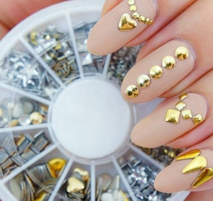 naegel-steine-beige-farbe-nagel-goldene-tropfen-herz-quadrat-ovale-naegel-verschiedene-steinsorten-fuer-deko