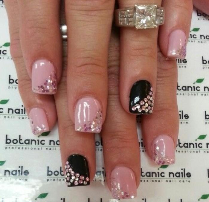 naegel-steine-kurze-naegel-sehen-schick-aus-mit-glitzerndem-nagellack-und-deko-elementen-steinchen-schwarz-und-rosa-lack