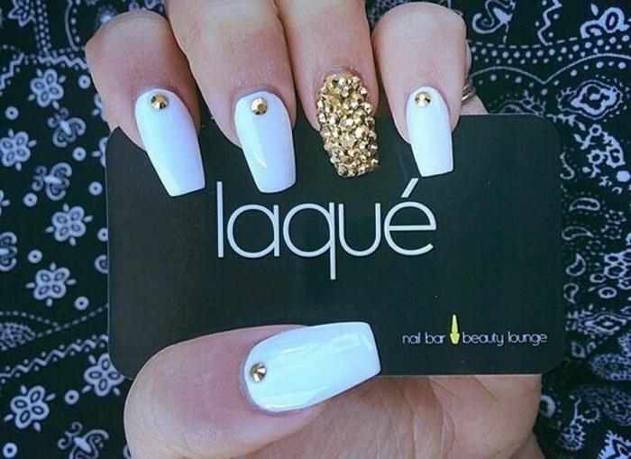 naegel-weiss-gold-lange-weisse-naegel-mit-goldenen-steinchen-nagel-mit-steinen-bedeckt-design-manikuere