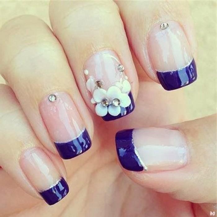 naegel-weiss-gold-lila-french-lilafarbene-linie-mit-grosser-blume-dekorierte-manikuere-silberne-linie-elegant-und-attraktiv-nagellack