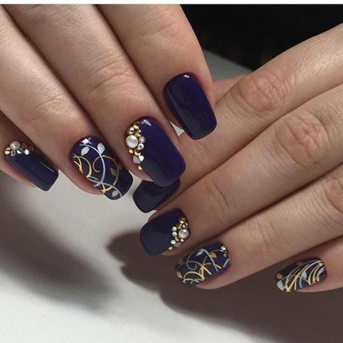 nagel-bilder-dunkel-lila-lange-ovale-naegel-mit-feine-dekoration-gemalt-plus-steinchen