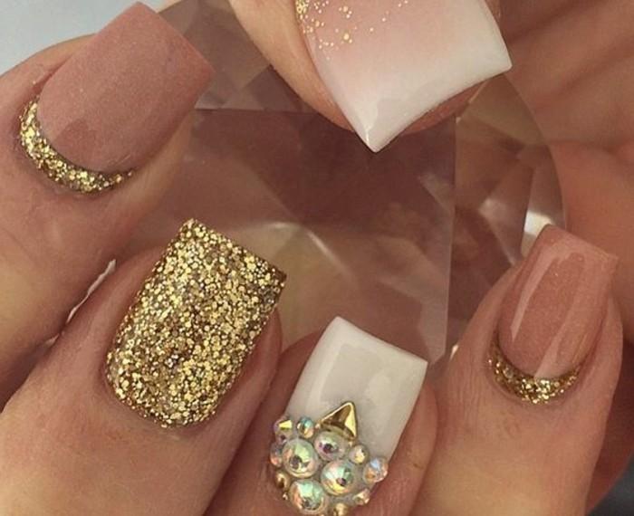 nagel-bilder-golden-effekt-glanz-steine-und-glitzer-brillanten-nude-farben-kurze-naegel