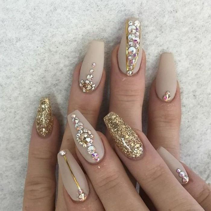 nagel-bilder-tolle-naegel-fuer-jeden-anlass-elegant-und-attraktiv-nagellack-steine-lange-frauennaegel