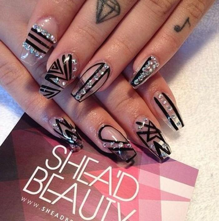 nagel-bilder-transperante-naegel-schwarze-linien-deko-ideen-mit-steinen-hand-mit-tatoo-auf-den-fingern