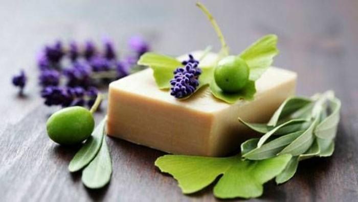 naturseife-mit-lavendel-und-gruenen-oliven