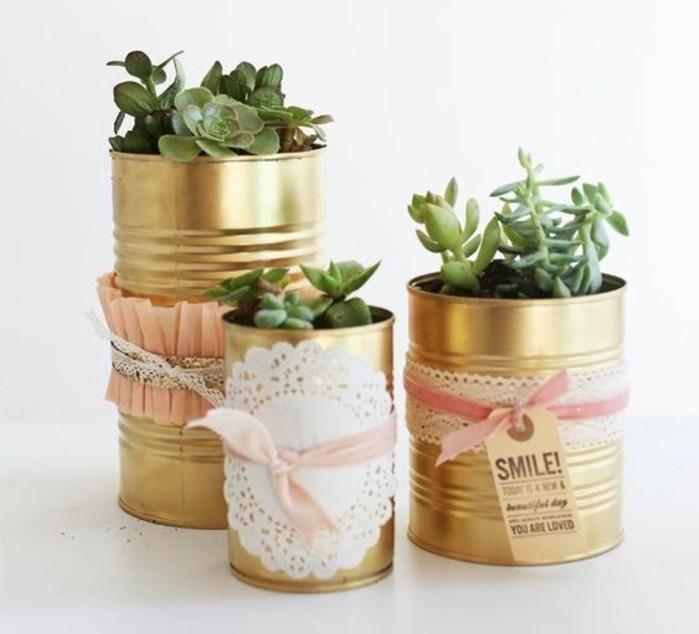 neue-bastelideen-blumentoepfe-aus-dosen-schleifen-deko-gruene-pflanzen