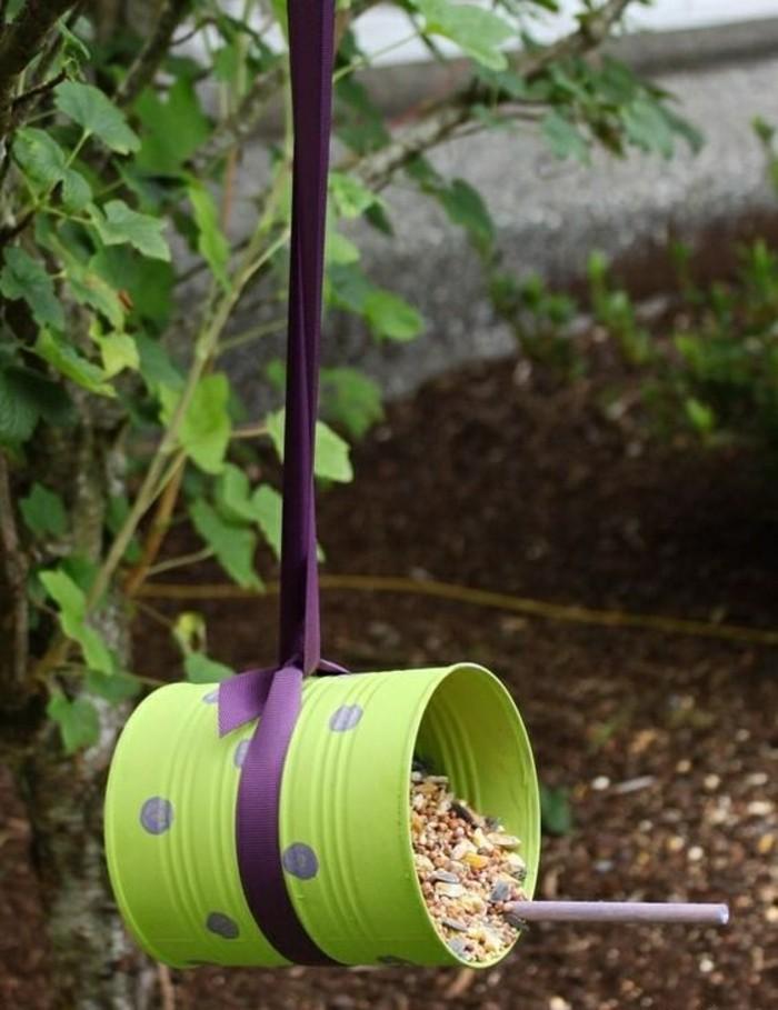 neue-bastelideen-gruene-konservendose-lila-schleife-futter-vogel-garten
