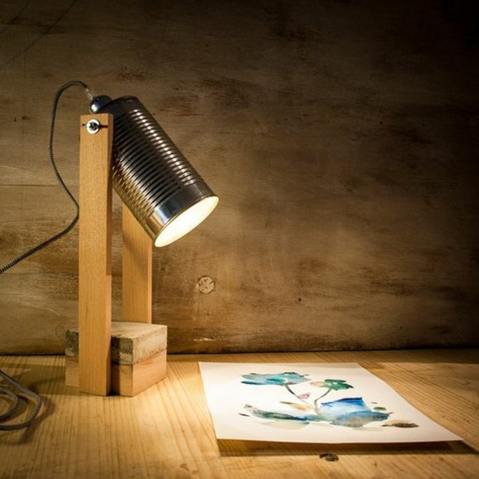 neue-bastelideen-stehlampe-aus-holz-und-konservendose-diy-licht-blume-bild