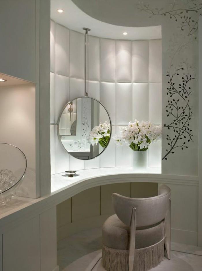 offener-kleiderschrank-grau-weisser-look-sieht-dezent-und-elegant-aus-blumen-wandtattoo-spiegel
