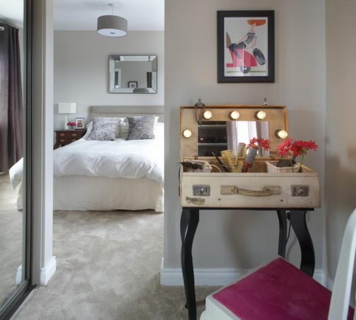 offener-kleiderschrank-koffer-als-schminktisch-eingebauter-spiegel-beleuchtung-kleines-ankleidezimmer