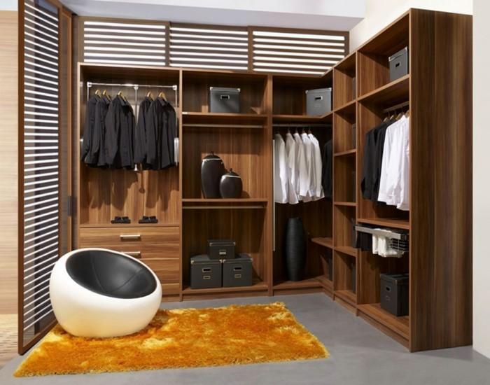 offener-kleiderschrank-von-einem-mann-interessante-sessel-idee-orangenteppich-holzmoebel