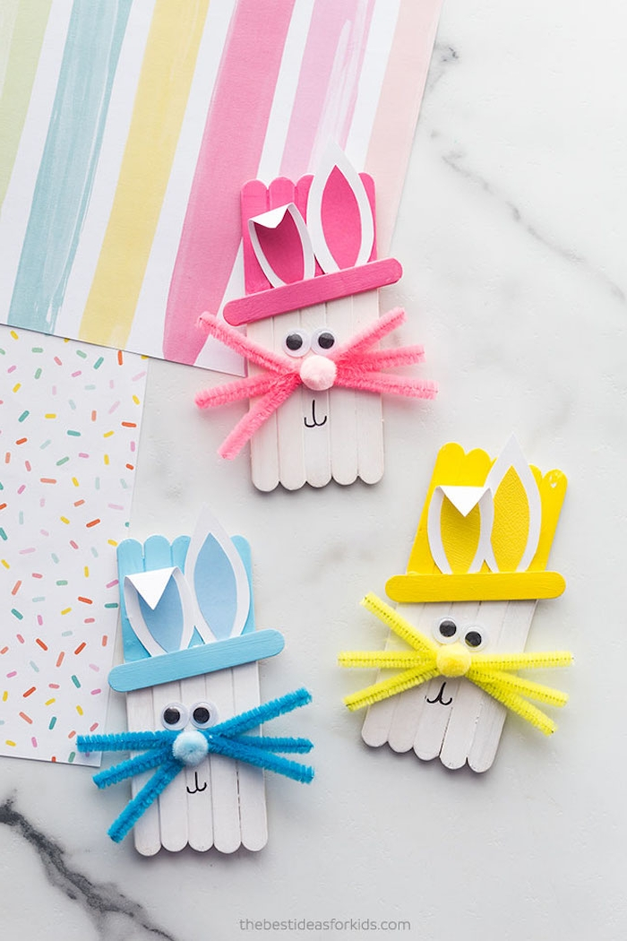 Osterhasen selber machen mit Eisstäbchen, Ohren aus Papier schneiden, Schnurrhaare aus Pfeifenreiniger