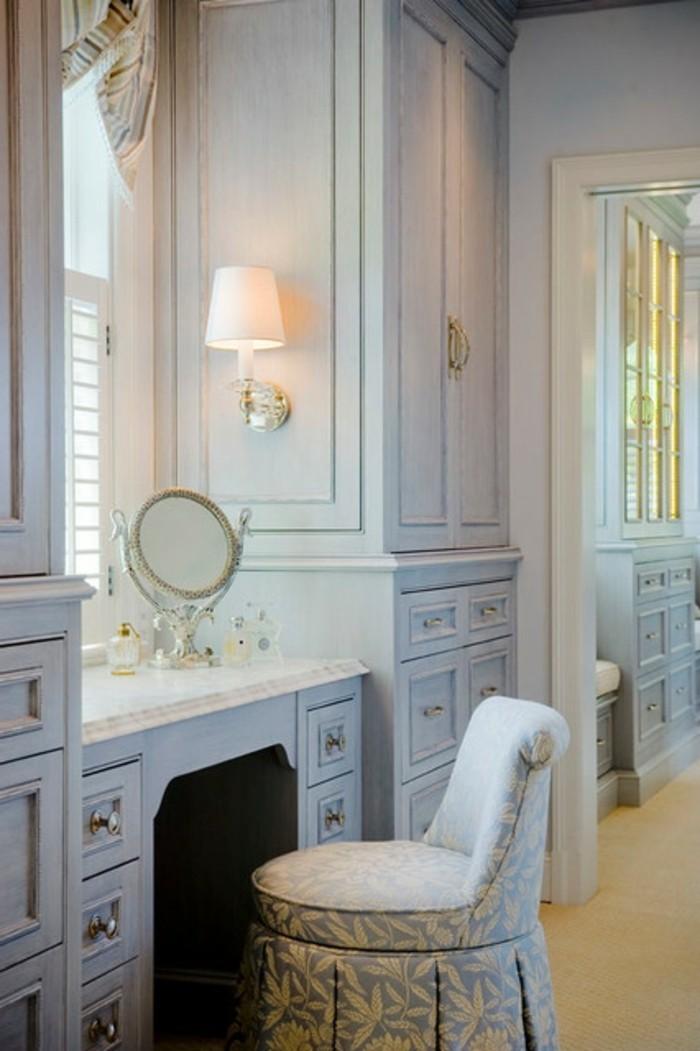 regalsysteme-kleiderschrank-erhabene-einrichtungsidee-in-weiss-und-blau-sessel-schminktisch-schrank-im-ankleidezimmer