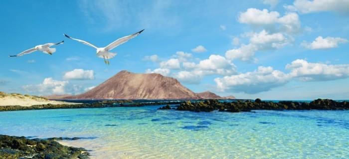 reise-nach-fuertaventura-tolle-ausblicke-auf-wasser-see-ozean-karibik-smaragdgruen-wasser-schoenes-bild