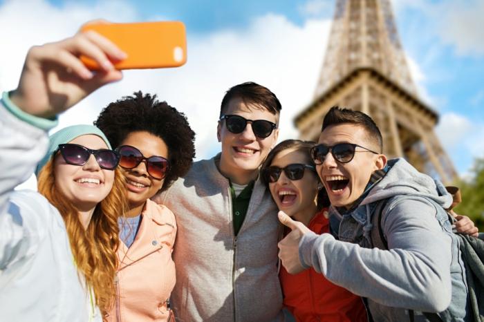 reise-nach-paris-mit-den-besten-freunden-fuenf-jugendlichen-machen-selfies-zusammen
