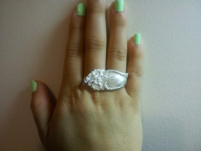 ringe-aus-silberbesteck-selber-machen-ein-ring-auf-dem-hand-mit-gruenen-nagellack