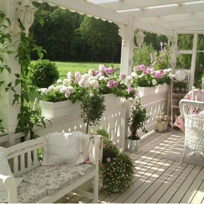 romantische-veranda-landhausstil-schöne-blumen