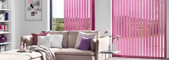 rosa-jalousien-beige-sofa-dekokissen-regal-kleiner-tisch-vasen-blumen-fenster-sonnenschutz