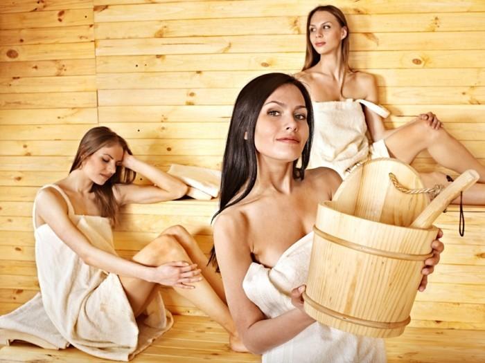 drei-frauen-haben-spass-zusammen-in-der-sauna-megasauna-frauenabend-sprichwort