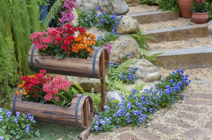 schöne-gärten-beispiele-blumen-im-holztopf-gartentreppen-veilchen