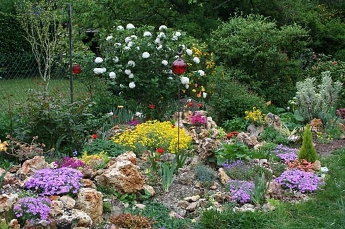 schöne-gärten-mit-alpineum-gestalten-rote-lampen-gartenbeleuchtung-zaun