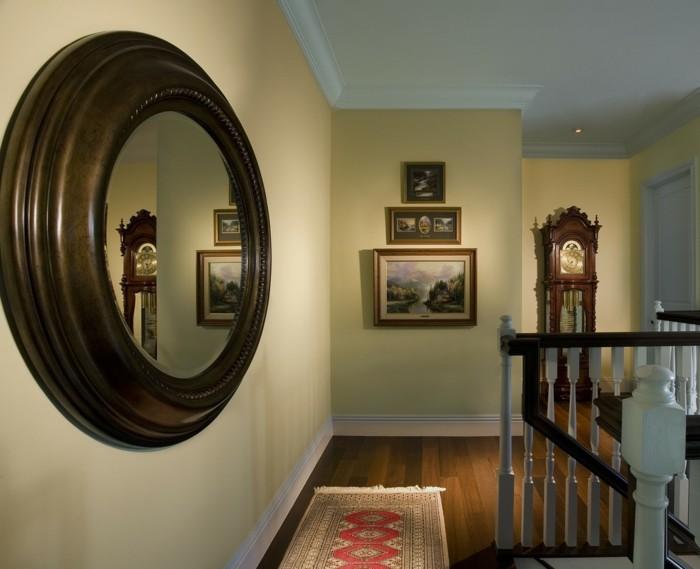 schöner-flur-eine-große-pendeluhr-einen-runden-spiegel