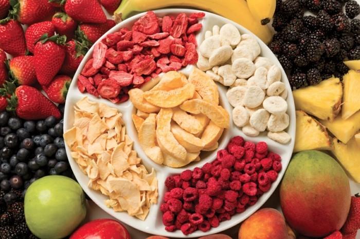 schuessel-mit-gefriergetrockneten-fruechten-gefriergetrocknete-erdbeeren-bananen-himbeeren