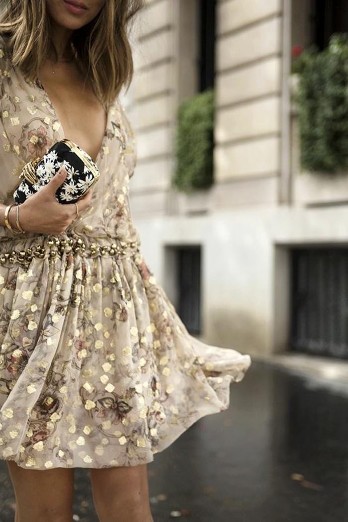 schicke-kleider-beige-kleid-mit-goldenen-glitzern-kleine-tasche-mit-weissen-blumen-accessoires
