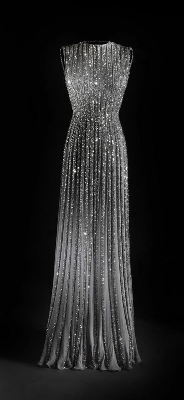schicke-kleider-langes-graues-abendkleid-mit-vielen-kristalls-schwarzer-hintergrund