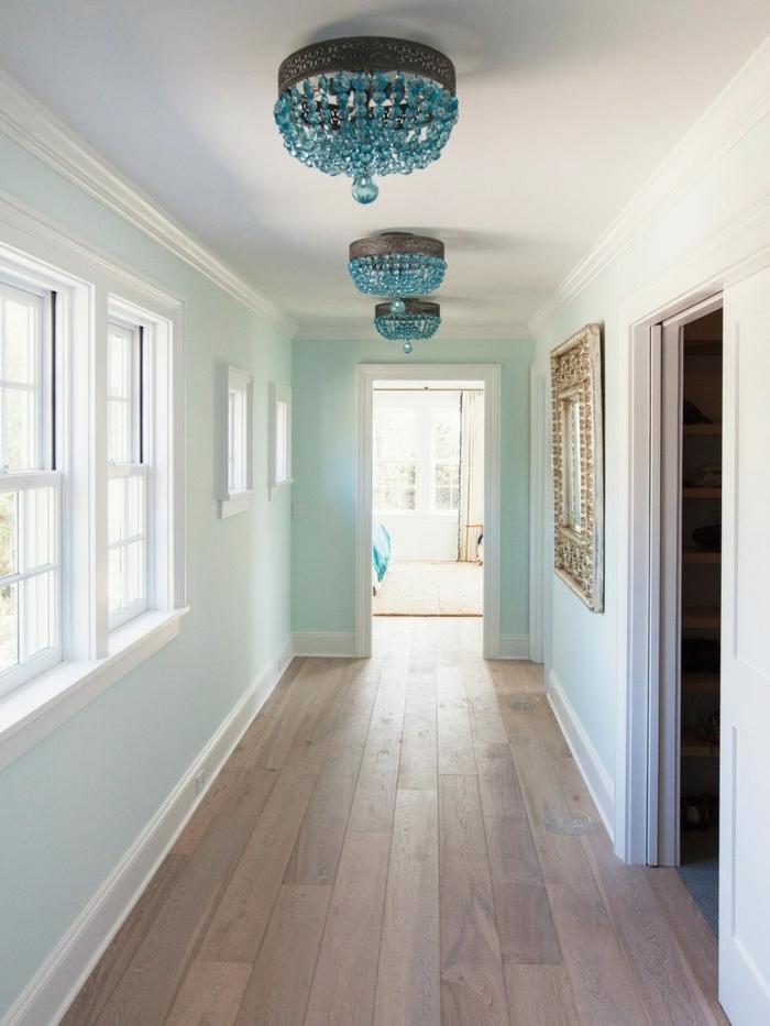 schmalen-flur-einrichten-helle-blaue-wände-und-kristal-kronleuchter