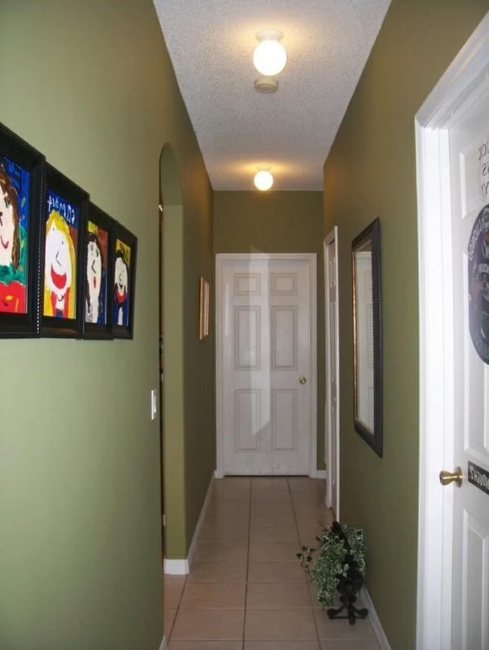 schmalen-flur-gestalten-grüne-wände-bunte-bilder