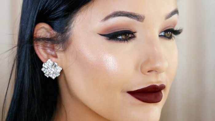 schminken-augen-drama-make-up-dezent-dunkelrote-lippen-highlighter-lidstrich-ohrringe