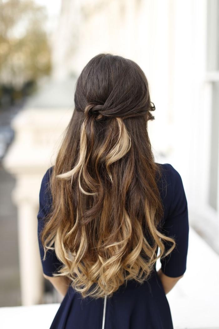 schöne haarfrisuren, dunkelbraune haare mit blonden spitzen, halboffene frisur