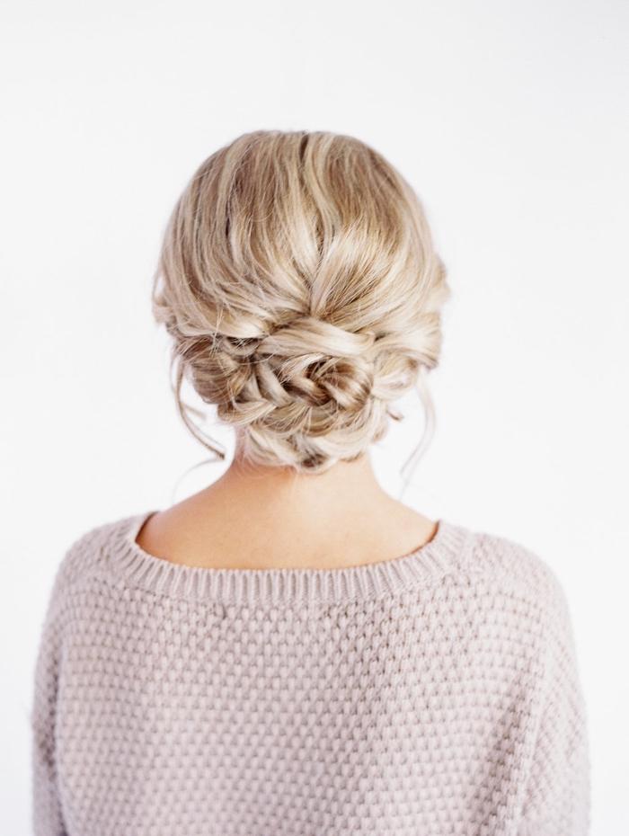 schöne haarfrisuren zum selbermachen, tiefer geflochtener dutt, platinblonde haare