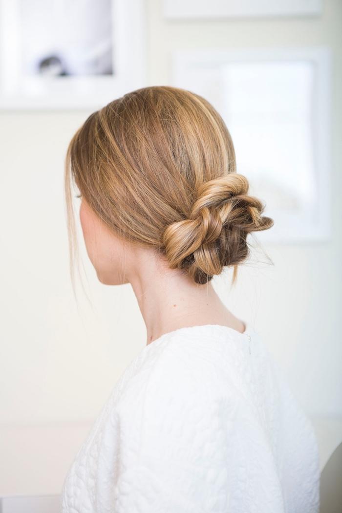 schöne haarfrisuren zum selbermachen, geflochtener dutt, honigfarbene haare, hochzeitsgast frisur selber machen einfach