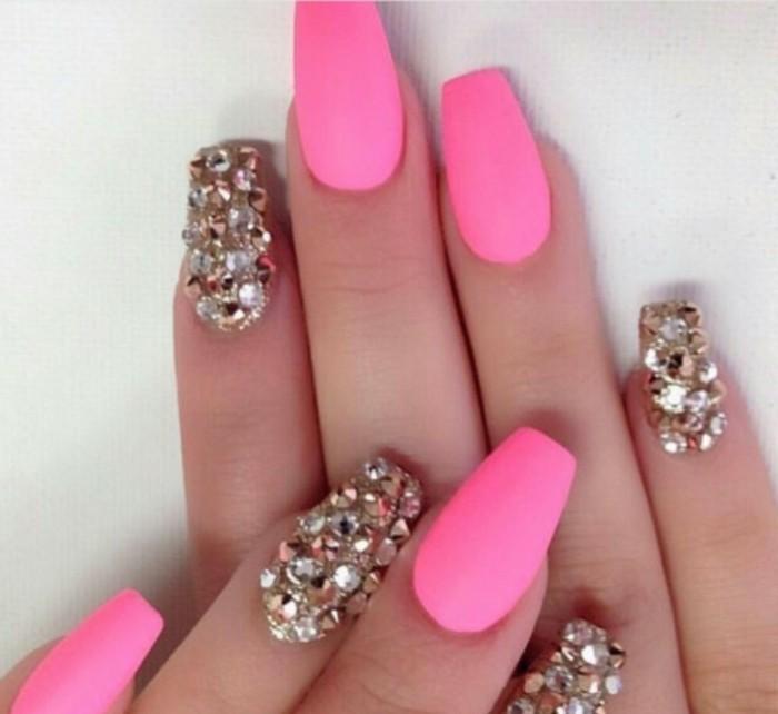 schoene-fingernaegel-bilder-zyklamfarben-ovale-naegel-mit-steinen-lange-naegel-nageldesign-rosa