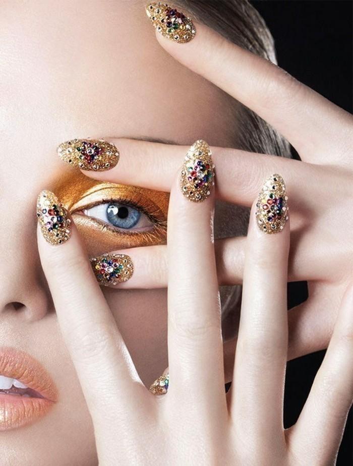 schoene-naegel-bilder-bunte-manikuere-golden-steine-schminke-und-nageldesign-kombination-eingestimmt